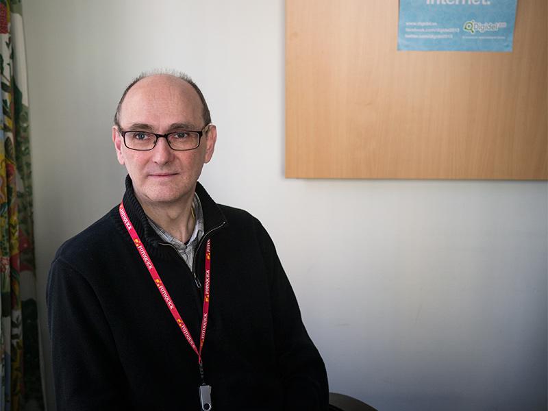 Datalärare Anders Bergman utbildar moderna pensionärer på Tellus Fritidscenter.